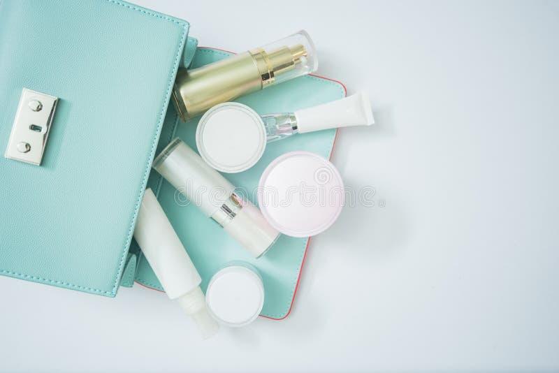 kosmetische Produkt- und Frauentasche lokalisiert auf weißem, kosmetischem produ stockfotografie