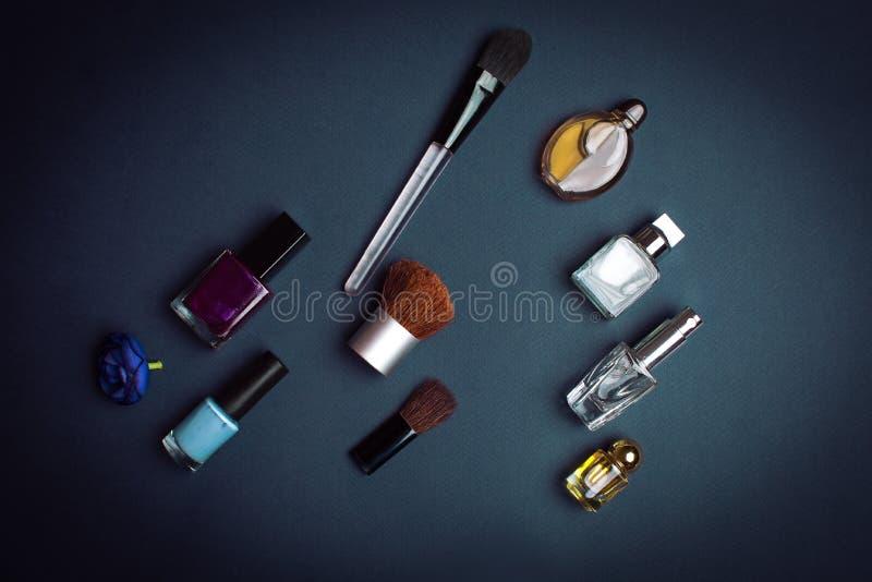kosmetische Produkte auf dunklem Hintergrund stockfotos