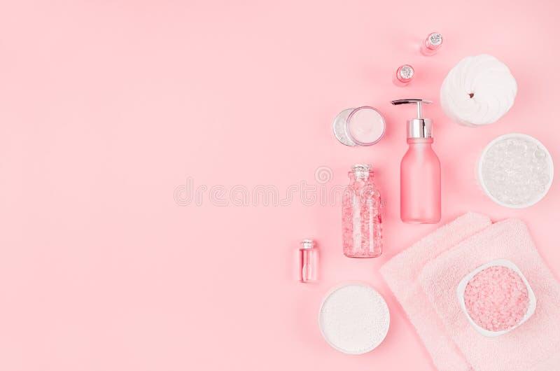Kosmetische Produkte des Eleganzrosa-Badekurortes für Haut und Körperpflege auf rosa Hintergrund, Kopienraum, flache Lage stockfotos