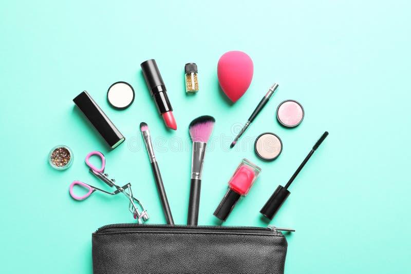 Kosmetische Produkte mit Kosmetiktasche lizenzfreies stockfoto