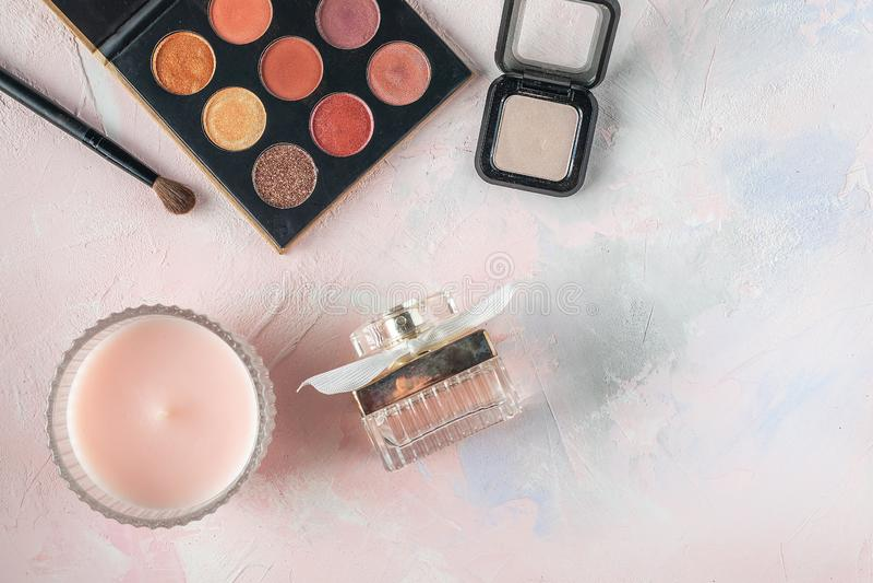 Kosmetische Produkte, Schönheit, Blogger, Social Media, Zeitschriften legen flach stockfoto