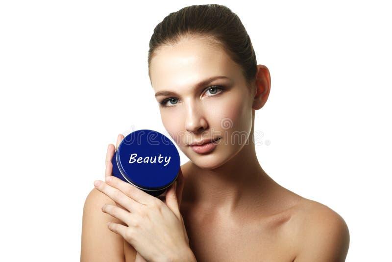 Kosmetische roomcontainer in vrouwenhanden Vrouwelijke hand met room stock fotografie