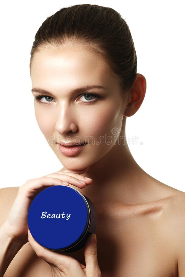Kosmetische roomcontainer in vrouwenhanden Vrouwelijke hand met room royalty-vrije stock afbeeldingen