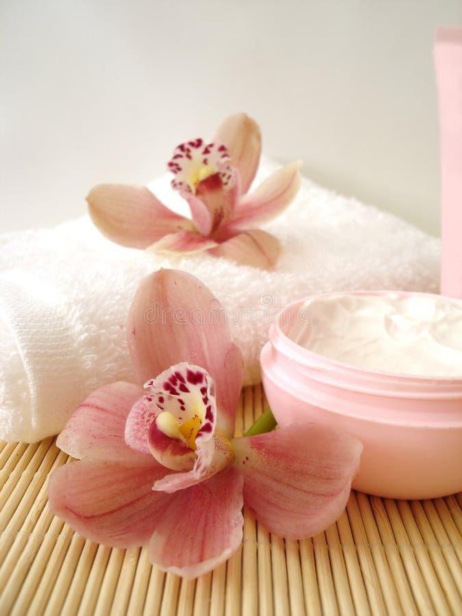kosmetische Sahne mit Orchideen stockbilder