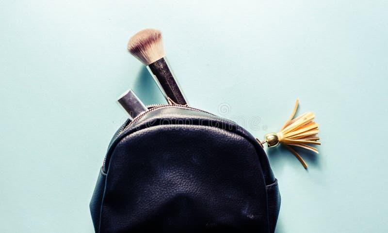 Kosmetische zak met toebehoren, op een donkere achtergrond stock afbeelding