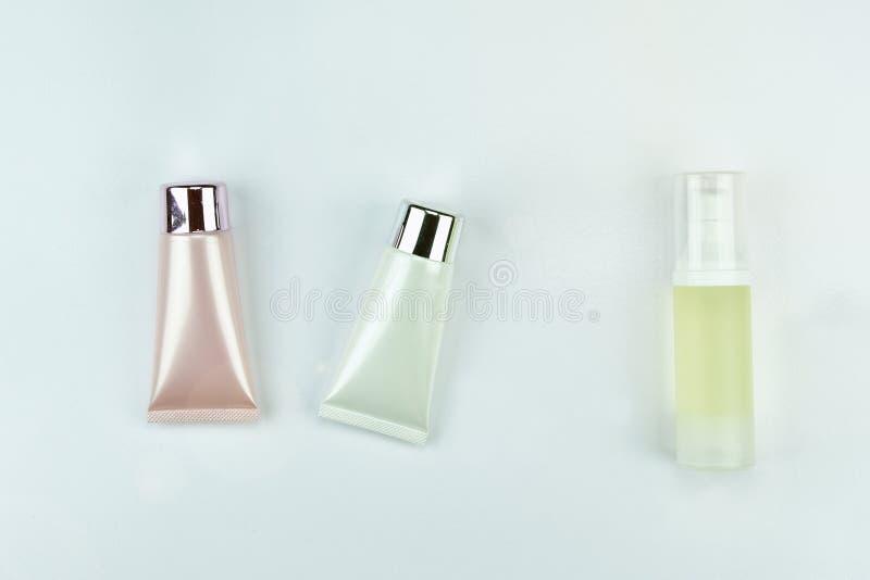 Kosmetischer Flaschenbehälter auf weißem Hintergrund, leerer Aufkleber stockfotografie