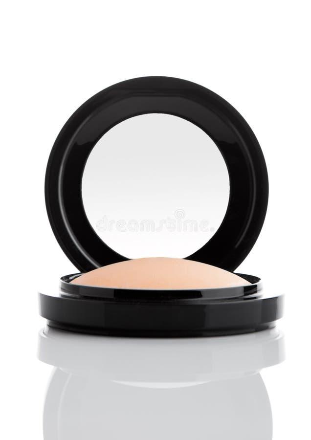 Kosmetisches Make-uppulver im schwarzen runden Kunststoffkoffer stockfotos