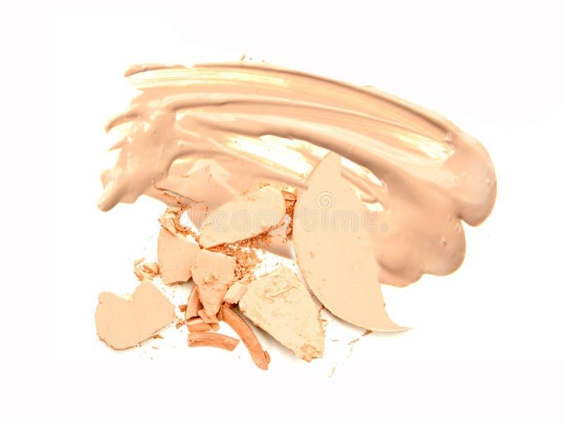 Kosmetisches Pulver auf beige Grundlagenisolat stockfoto