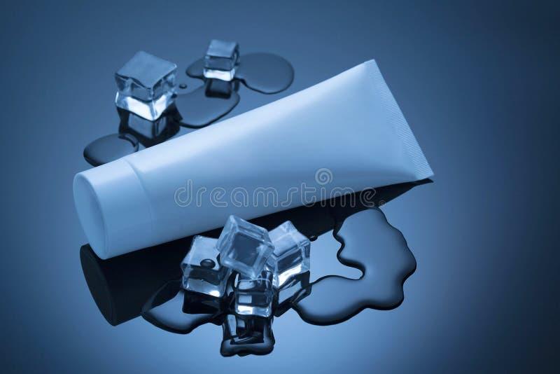 Kosmetisches Rohr und Eis auf der hinteren Oberfläche stockfotos