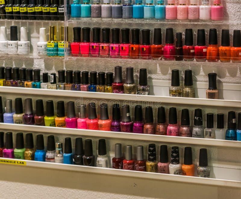 Kosmetisches Schaufenster gefüllt mit Flaschen Nagellack am 12. Februar 2019 Amersfoort, die Niederlande lizenzfreies stockfoto