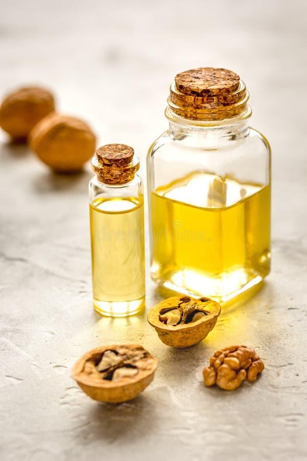 Kosmetisches und therapeutisches Walnussöl auf grauem Hintergrund stockfoto