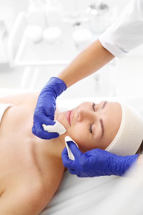 kosmetisk behandling Manuellt rentvå för ansiktsbehandling arkivfoton