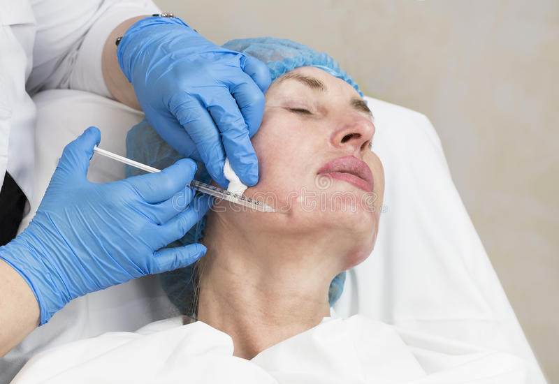 Kosmetisk behandling med injektionen royaltyfri fotografi
