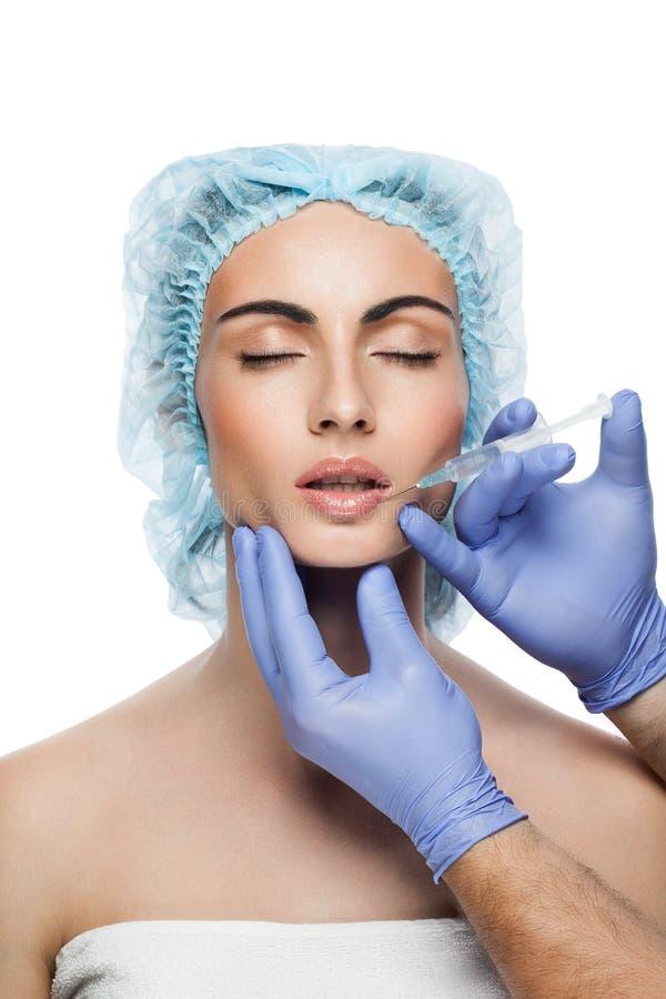 Kosmetisk botoxinjektion till den nätta kvinnaframsidan arkivbild