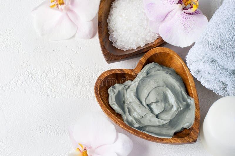 Kosmetisk framsida- och kroppmaskering av blå lera tillbehörbadet undersöker inställningsbrunnsorthanddukar Top beskådar royaltyfri fotografi