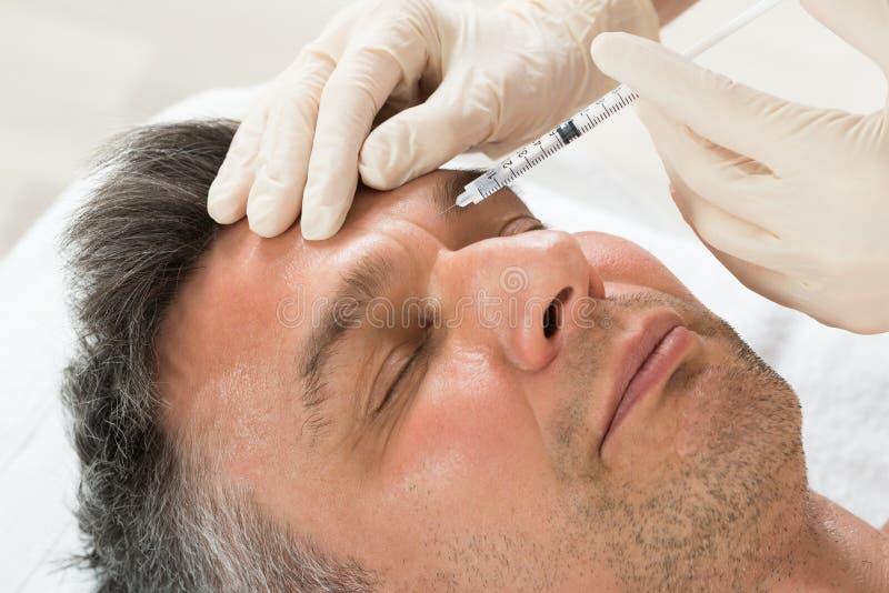 Kosmetisk injektion för manhäleri med injektionssprutan royaltyfria foton
