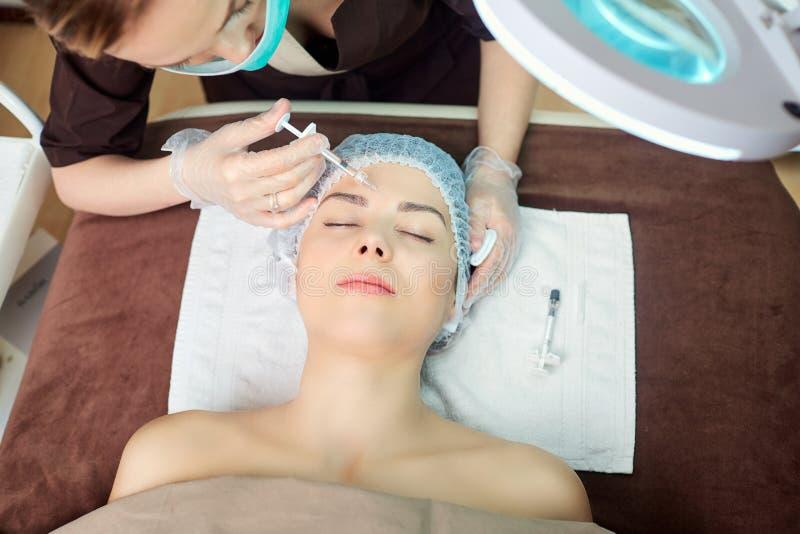 Kosmetisk injektion i brunnsortsalongen royaltyfria bilder