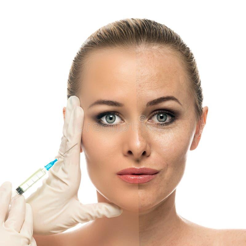 Kosmetisk injektion till de nätta härliga kvinnaframsida- och kosmetologhänderna med injektionssprutan. royaltyfri bild