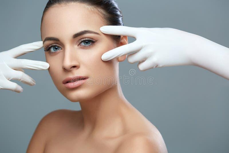 Kosmetisk kirurgi Härlig kvinna för plast- operation _ royaltyfria bilder