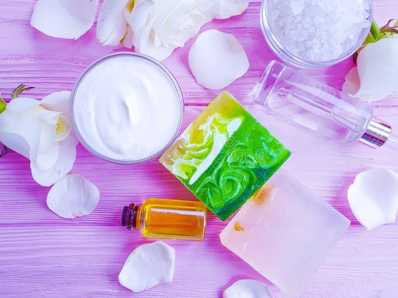 Kosmetisk kräm, för samlingswellness för fuktighetsbevarande hudkräm organisk extrakt för livsstil steg blomman, tvål på en rosa  fotografering för bildbyråer