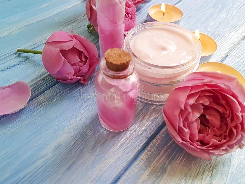 kosmetisk kräm, steg härlig extrakt för naturlig sammansättning, stearinljus på träbakgrund arkivbild