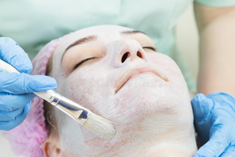 Kosmetisk maskering för process av massagen och ansiktsbehandlingar fotografering för bildbyråer