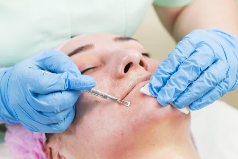 Kosmetisk maskering för process av massagen och ansiktsbehandlingar arkivfoto
