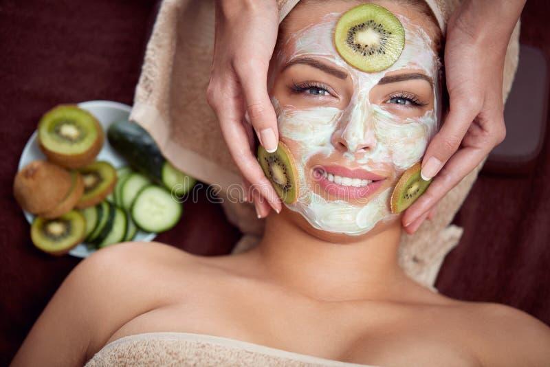 Kosmetisk maskering med gurkan och kiwin fotografering för bildbyråer
