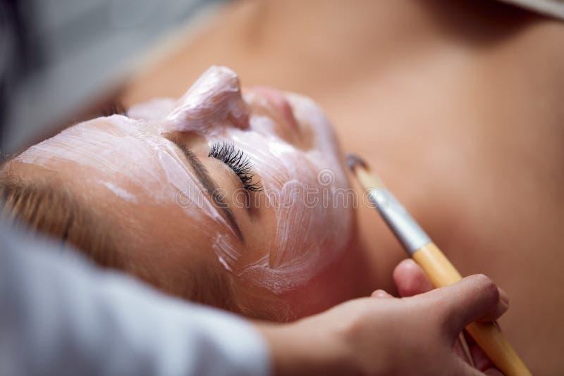 Kosmetisk maskering på brunnsortsalongen arkivbilder