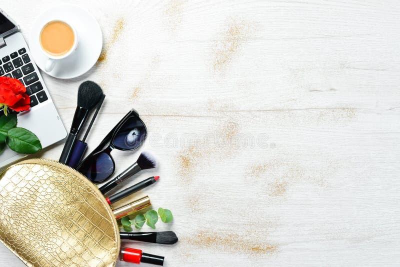 Kosmetisk påse med läppstift, hårborste, ansiktskräm och ögonskugga för kvinnor fotografering för bildbyråer