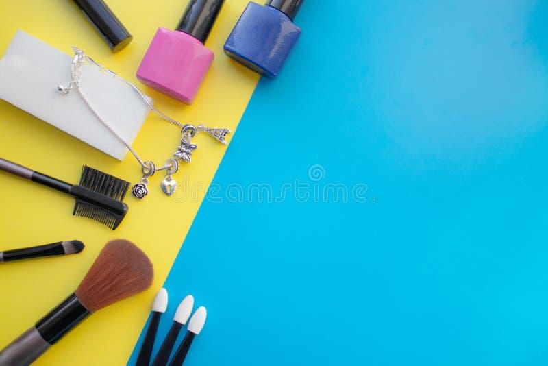kosmetisk tillbehör Borste för rodnad, borste, fernissa på en guling, blå bakgrund fotografering för bildbyråer