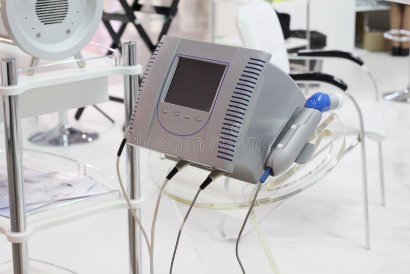 Kosmetisk utrustning för skönhetsalonger Apparatur för needleless mesotherapy arkivbild