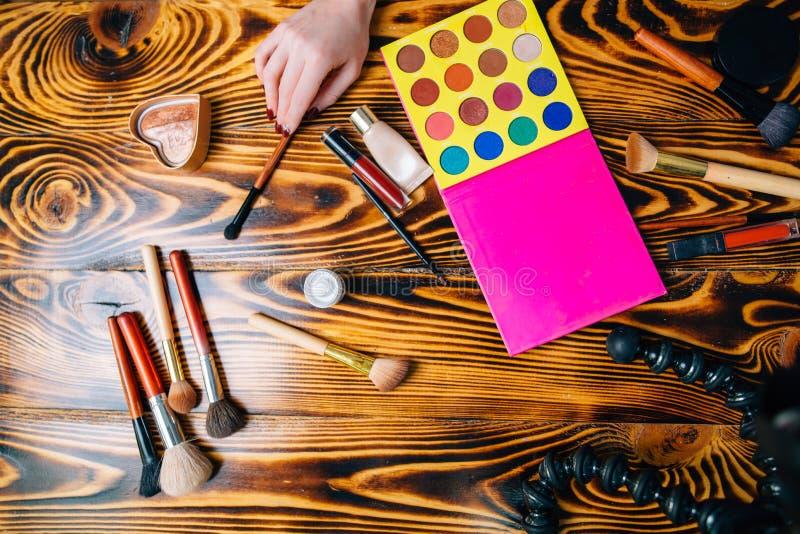 Kosmetiska produkter för smink på trä fotografering för bildbyråer