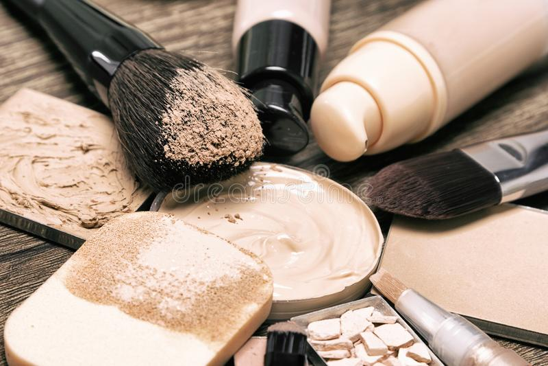 Kosmetiska produkter och tillbehör för korrigerande smink royaltyfri bild