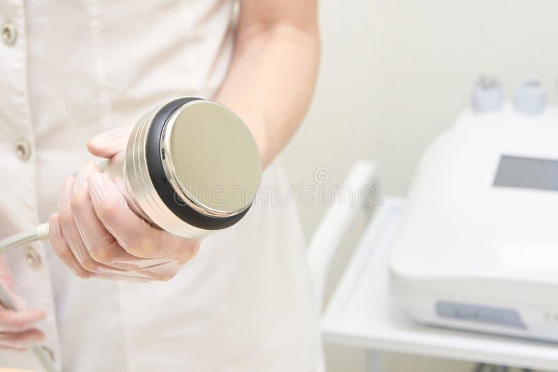 kosmetiska tillvägagångssätt modern utrustning Ultraljuds- cavitation Li fotografering för bildbyråer
