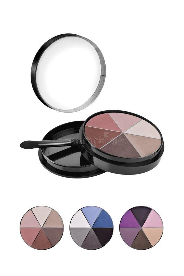 Kosmetiskt kompakt framsidapulver, blandad färguppsättning och tre olika prövkopior, skönhetsprodukter som isoleras på vit bakgru royaltyfria foton
