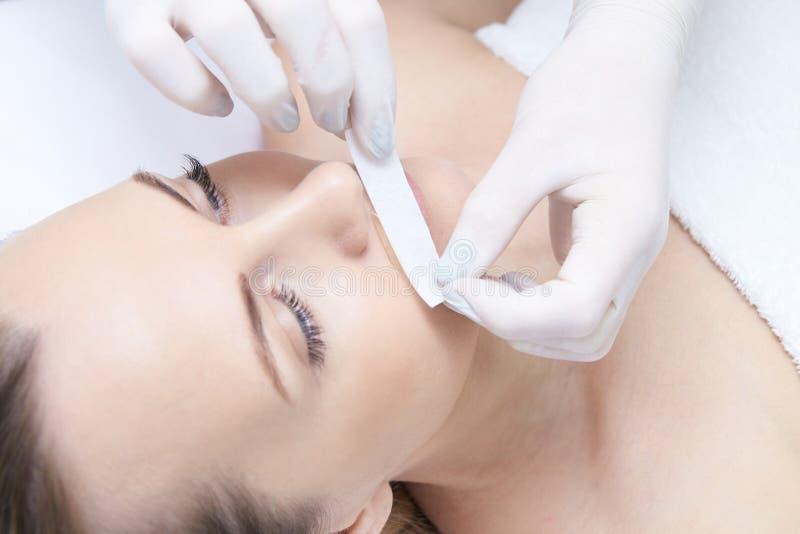 Kosmetiskt tillvägagångssätt för hårborttagning Ljus hud Skönhet och vård- royaltyfri foto