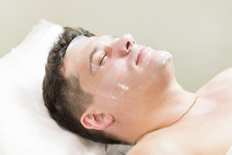 Kosmetiskt tillvägagångssätt för maskering i brunnsortsalong royaltyfria bilder