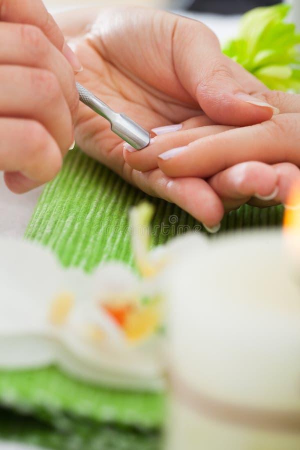 Kosmetolog som ger manikyrbehandling royaltyfri fotografi