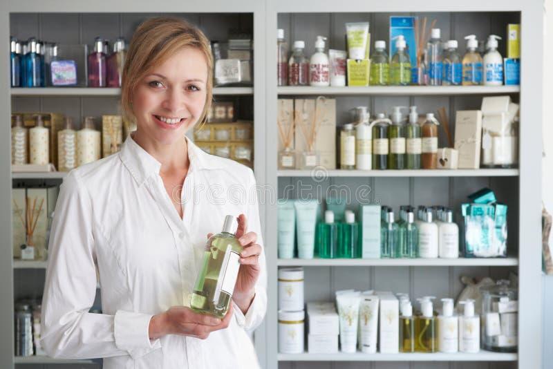 KosmetologAdvising On Beauty produkter arkivfoto