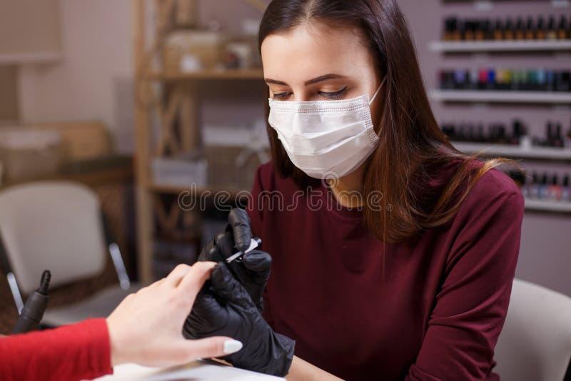 Kosmetologen på arbete, spikar designen, skönhetsalong arkivfoton