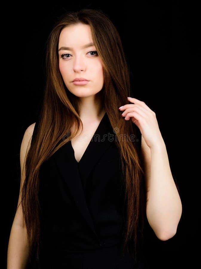 Kosmetologia i pi?kno Dzienny prosty makeup Portret d?ugie w?osy atrakcyjna kobieta naturalne pi?kno Nieprawdopodobny pi?kno fotografia stock