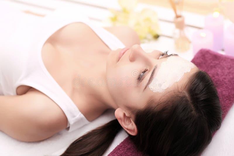 Kosmetologia zdrój twarzowy Piękna brunetka w zdroju salonie fotografia royalty free