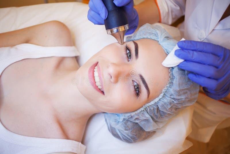 Kosmetologia zdroju kobieta robi procedurom na twarzy obrazy royalty free