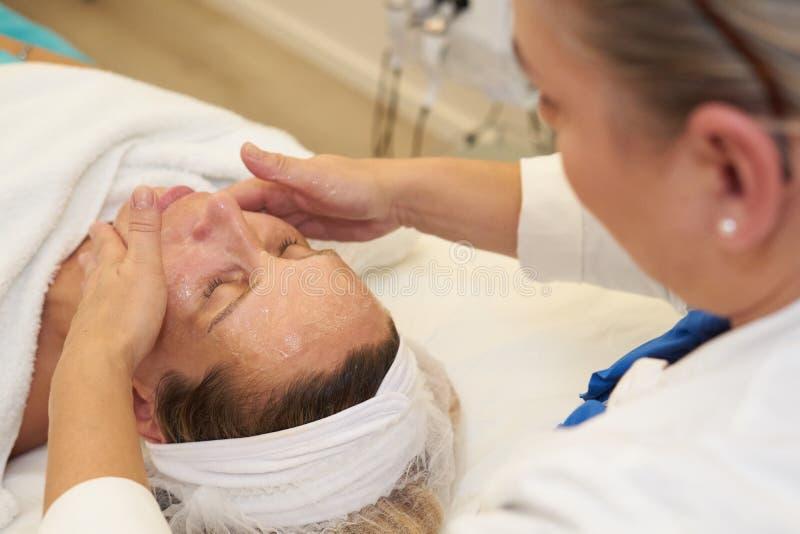Kosmetyczka daje twarzowemu masażowi obrazy stock