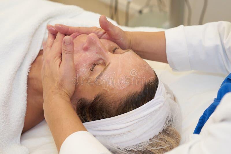 Kosmetyczka daje twarzowemu masażowi fotografia stock