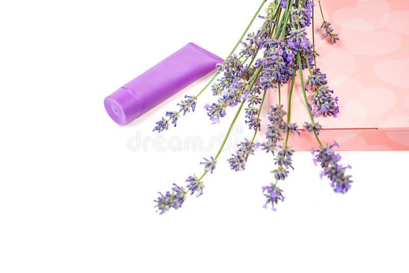 Kosmetyczna śmietanka i lawendowi kwiaty, prezenta pudełko z cukierkami na białym tle, odizolowywającym zdjęcie royalty free