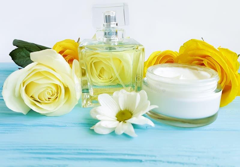 kosmetyczna śmietanka, pachnidło, kwiat woni relaksu koloru żółtego róża na drewnianym tle obraz stock