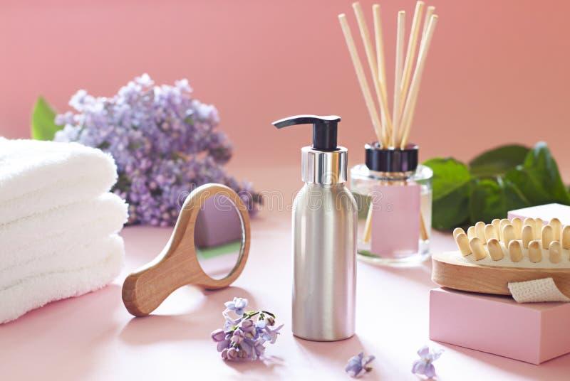 Kosmetyczna butelka w ?azience Piękno zdroju pojęcie z kwiatami obrazy stock