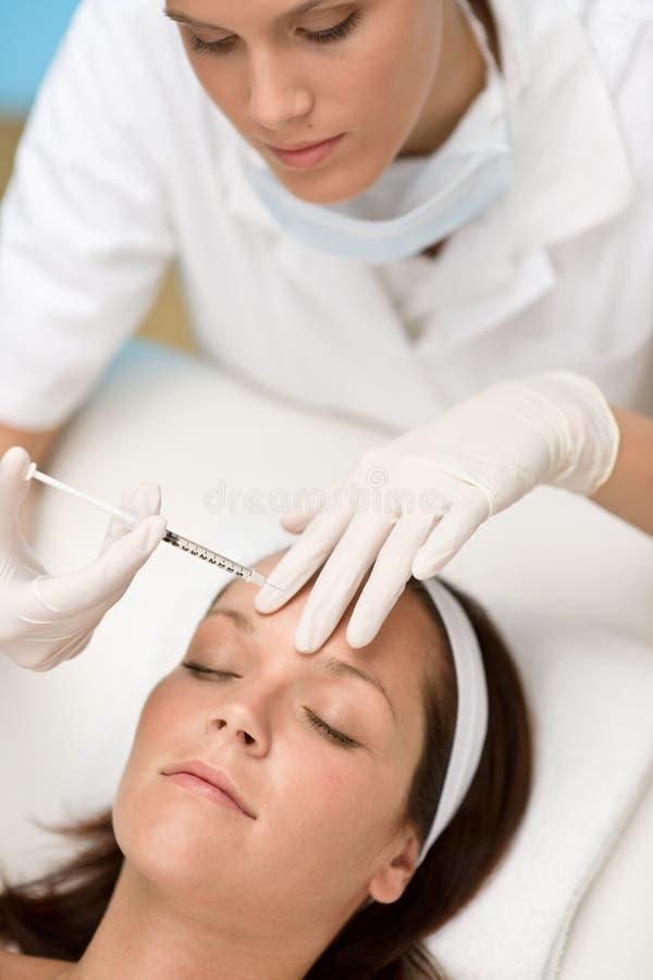 kosmetyczna dostaje salonu traktowania kobieta obrazy royalty free